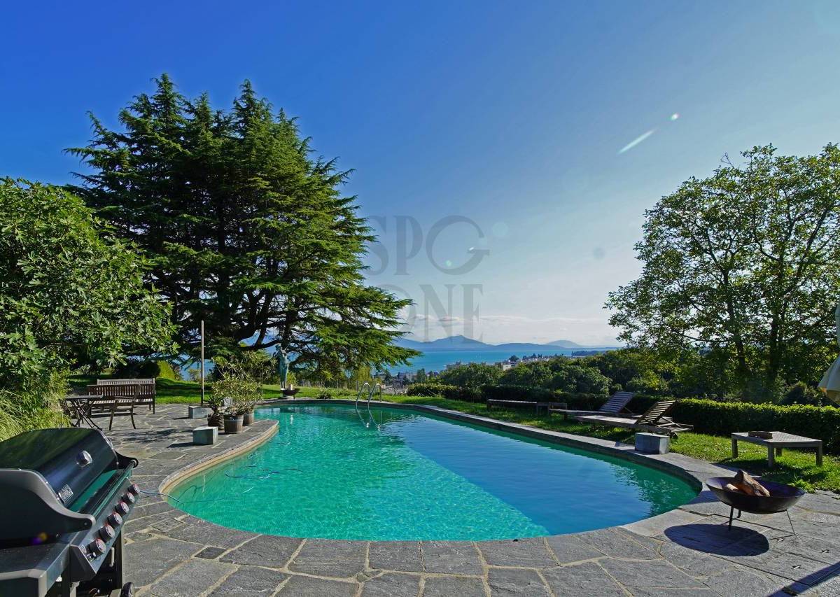 Prestigious domain facing the lake and the Mont-Blanc